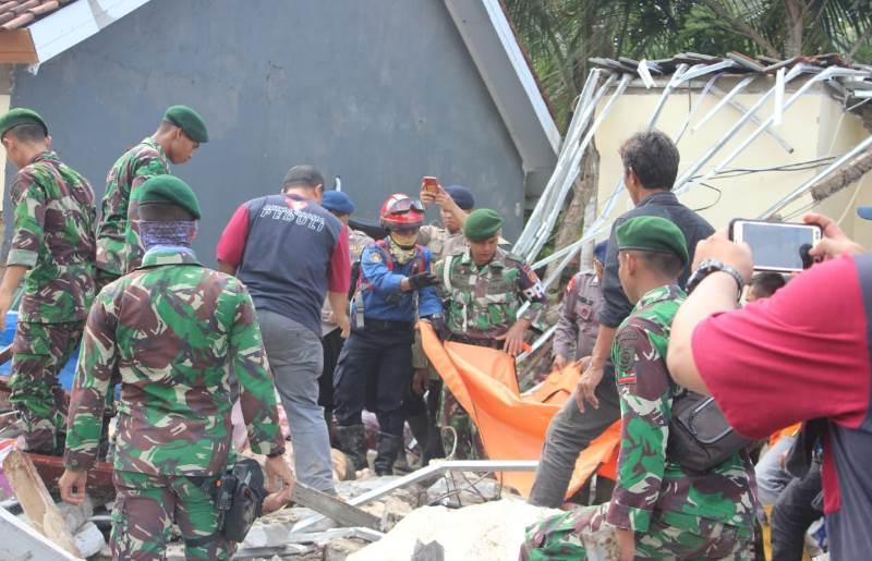 Tim gabungan dari TNI (Yon Mandala Yudha Kostrad), Polri, Basarnas, BPBD, Pemda, Tagana, dan relawan