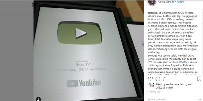 Youtube memberikan silver button untuk akun Ricis TV.