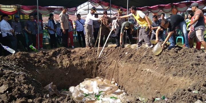 Pemusnahan ribuan liter Miras di Polres Gorontalo. (foto dok)