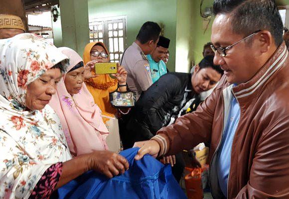 Wali Kota Gorontalo Marten Taha menyerahkan bantuan