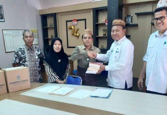 UT Gorontalo serahkan bantuan buku
